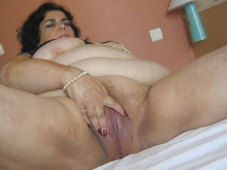 Kinky mature mama playing with toys and herself