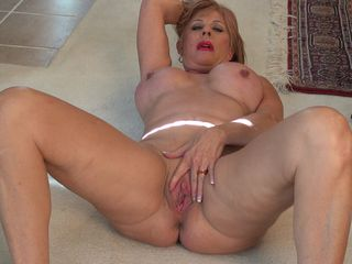 Solo masturbation on the floor with a top mature