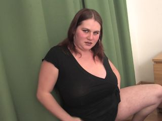 Chubby mature woman loves playing with her pussy on cam