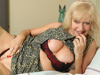 Classy mature lady playing with herself in bed